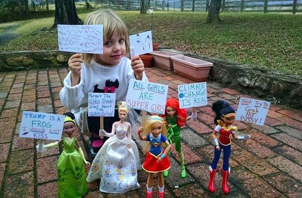Rose convocou suas bonecas para uma marcha dentro de casa (Foto: Reprodução Facebook)