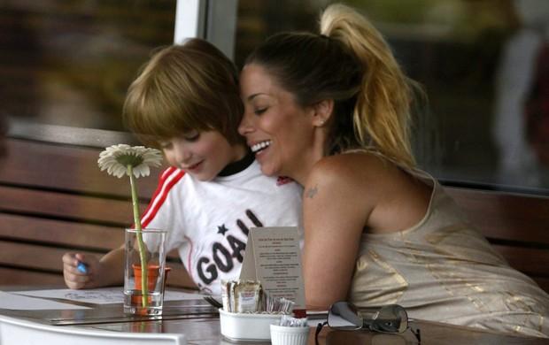 Danielle Winits com o filho no shopping (Foto: Marcos Ferreira / Foto Rio News)