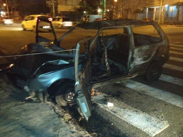 Incêndio no carro vai atrapalhar a investigação, diz delegado (Foto: Lívia Torres/G1)