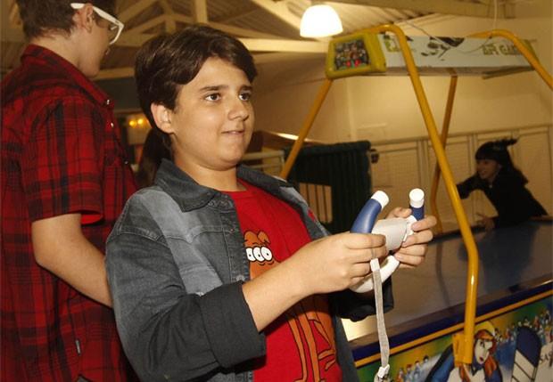 Nicholas Torres, o Jaime Palilo, se diverte com brinquedos de buffet (Foto: Léo Franco/AgNews)