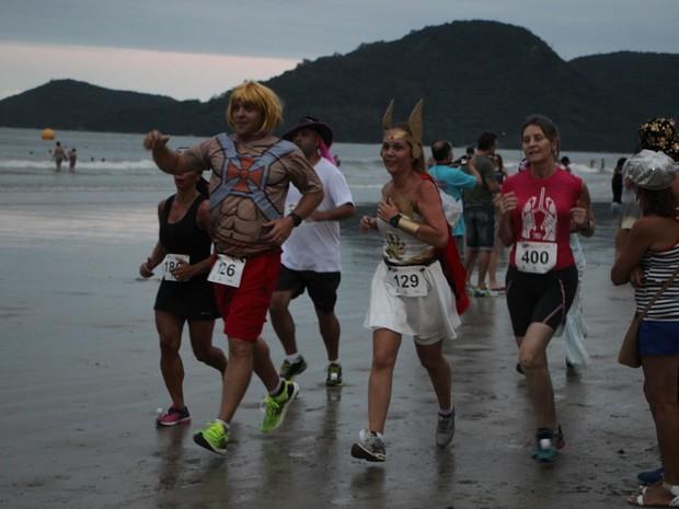 Corrida de fantasia reuniu corredores animados em Balneário Camboriú (Foto: Bruna Horvath/Divulgação)