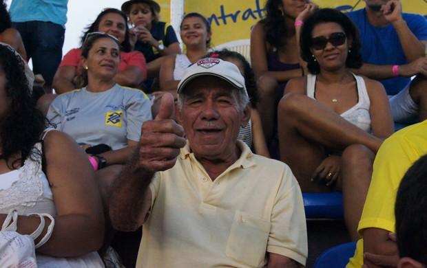 Seu José Felisberto, pai de Juliana, torce pela filha no vôlei de praia (Foto: Carol Fontes)