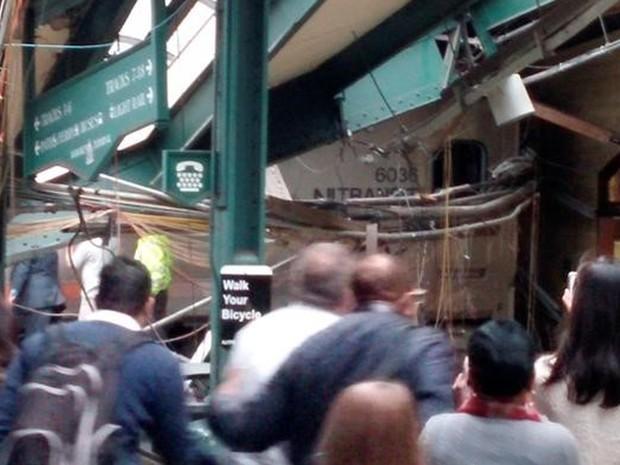 Pessoas observam trem que bateu em estação de Nova Jérsei, nos EUA, nesta quinta-feira (29) (Foto: Chris Lantero via Reuters)