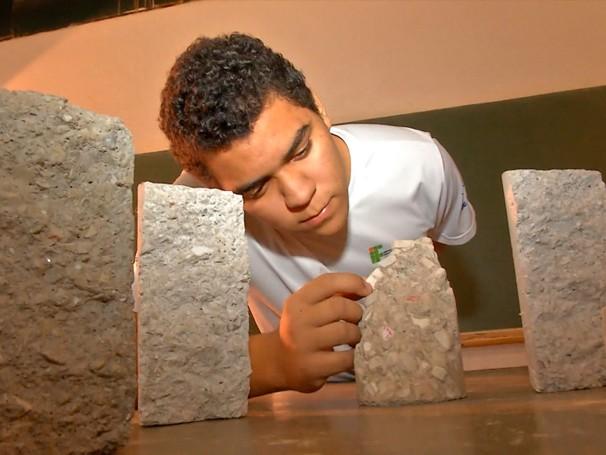 Como Será?: Murilo Alberto dos Reis, estudante do curso Técnico Controle de Obras do IFMT, desenvolveu pesquisa  com louça sanitária para reduzir custos na produção de blocos na construção civil (Foto: Globo)