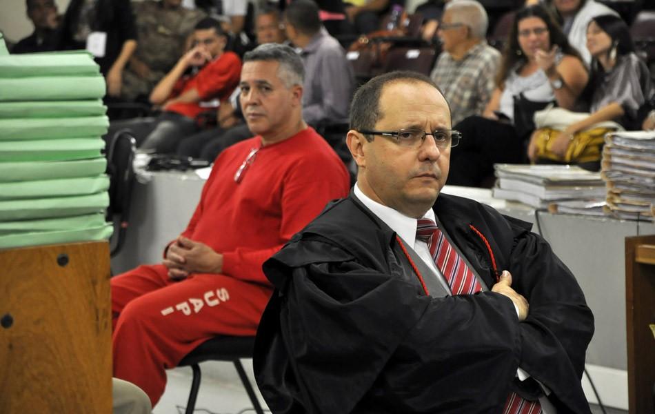 27/04/2013 - Marcos Aparecido dos Santos, o Bola, observa seu advogado de defesa, Ércio Quaresma, durante o julgamento neste sábado (Foto: Renata Caldeira/TJMG)