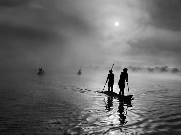 Na região da bacia do Xingu, estado de Mato Grosso, um grupo de indígenas waurá pesca na lagoa Piyulaga, perto de sua aldeia. Mato Grosso. (Foto: Sebastião Salgado/Divulgação)