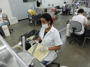 Luciana trabalha nos testes elétricos de camisinha (Foto: Emílio Botta/G1)