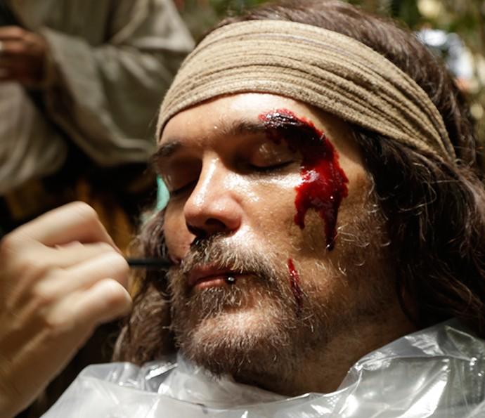 Dalton Vigh recebe sangue cenográfico no rosto para cena de Raposo (Foto: Alessandra Albuquerque/Gshow)