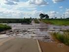 Rompimento de represa deixa cratera na GO-070, que continua interditada