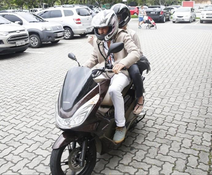 Danielle Winits e André Gonçalves deixam o cartório de moto (Foto: TV Globo)