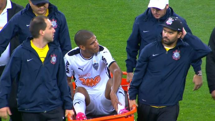 Léo Silva deixa o jogo contra o Corinthians na maca (Foto: Reprodução / TV Globo Minas)