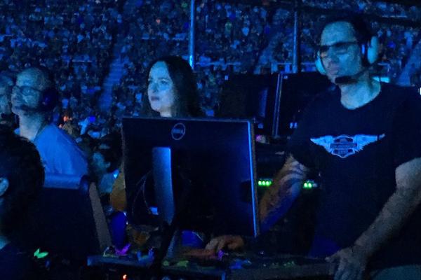 Outro flagrante de Dakota Johnson no show do Coldplay na Argentina (Foto: Twitter)