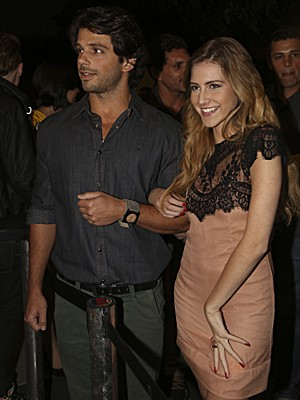 Sofia se sente uma estrela com tantos flashes! (Foto: Malhação / TV Globo)
