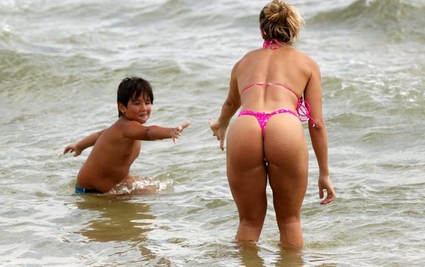 Andréa de Andrade na praia com o filho (Foto: Marcos Ferreira / Foto Rio News)