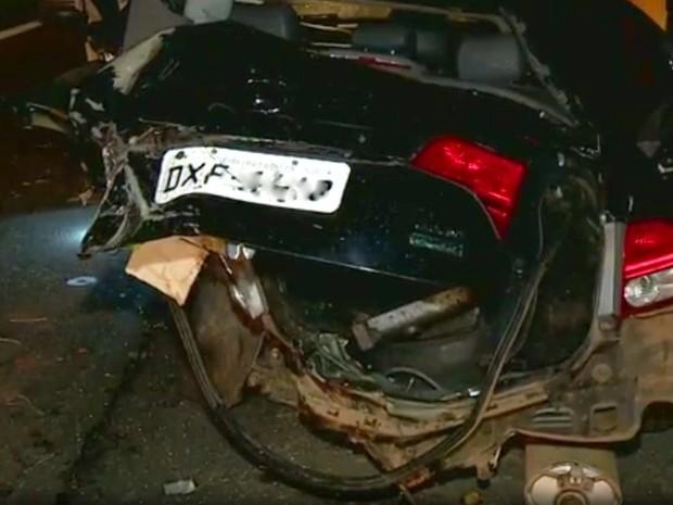 Carro ficou destruído após colisão em rodovia de Santa Bárbara d'Oeste (Foto: Reprodução/EPTV)