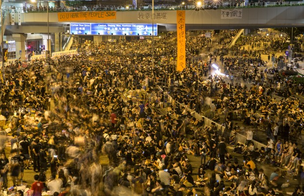 Manifestantes se reúnem diante dos prédios que compõem a administração de Hong Kong, na noite de segunda (29) para terça. A repressão policial do final de semana atraiu mais pessoas para as ruas (Foto: Getty Images)