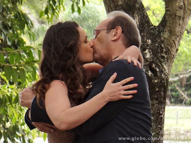 Gina e Herbert se beijam (Foto: Amor à Vida/TV Globo)