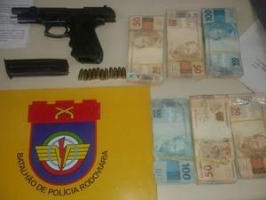 Pistola e dinheiro foram levados para a Delegacia de Escada, onde o caso foi registrado (Foto: Divulgação/BPRv)