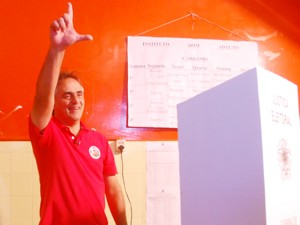 Luciano Cartaxo (PT), candidato a prefeito de João Pessoa, votou no Instituto Dom Adauto em Jaguaribe (Foto: Renata Vasconcellos/G1)