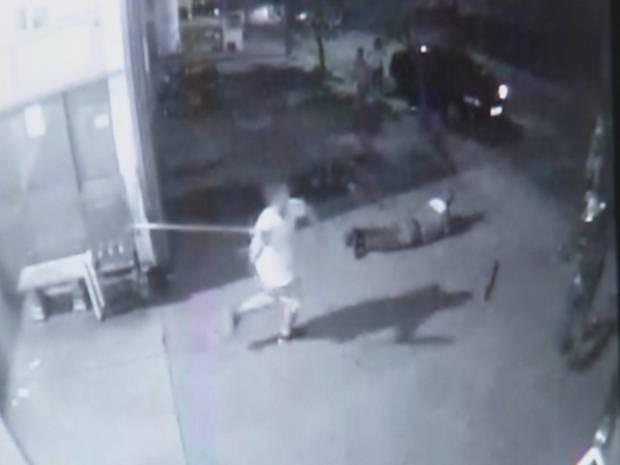 Com pai baleado no chão, filho tenta acertar a mãe com pedaço de madeira (Foto: Reprodução/ TV TEM)