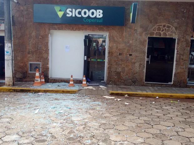 Suspeitos explodiram caixas eletrônicos neste domingo (5) em duas agências bancárias de Santana da Vargem, MG; pelo menos 20 pessoas que estavam lanchonete próxima ao local foram feitas reféns (Foto: Ernane Fiuza/EPTV)