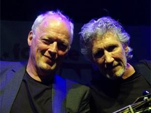 David Gilmour (esquerda) e Roger Waters, em show na semana passada (Foto: Divulgação / Site oficial)