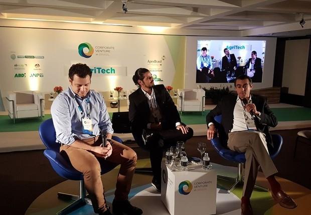 Guilherme Lago, o moderador Jayme Queiroz e Francisco Jardim no evento Corporate Venture in Brasil (Foto: Divulgação)