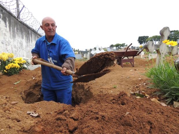 """Após 40 anos de serviço, o coveiro José Lourenço da Silva vai """"pendurar a pá"""", (Foto: Pedro Carlos Leite/G1)"""