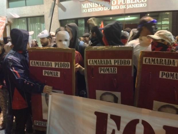 Manifestantes colocaram máscaras após a detenção de um homem fantasiado de Batman (Foto: Isabela Marinho / G1)