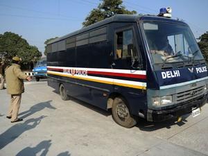 Policial indiano guia ônibus que transportava os suspeitos de estupro coletivo para corte em Nova Déli nesta quinta-feira (10)   (Foto: Sajjad Hussain/AFP)