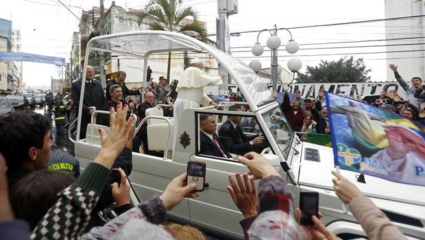 De papamóvel, Francisco percorre ruas da cidade de Aparecida até o Seminário Bom Jesus (Foto: AP Photo/Victor R. Caivano)