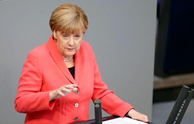 A chanceler da Alemanha, Angela Merkel, durante discurso sobre a crise de refugiados no Parlamento em Berlim nesta quinta-feira (24) (Foto: Hannibal Hanschke/Reuters)