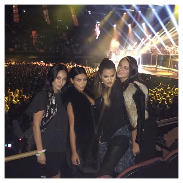 Kim Kardashian, Khloe Kardashian e Kendall Jenner com amiga em show de Sam Smith em Los Angeles, nos Estados Unidos (Foto: Instagram/ Reprodução)