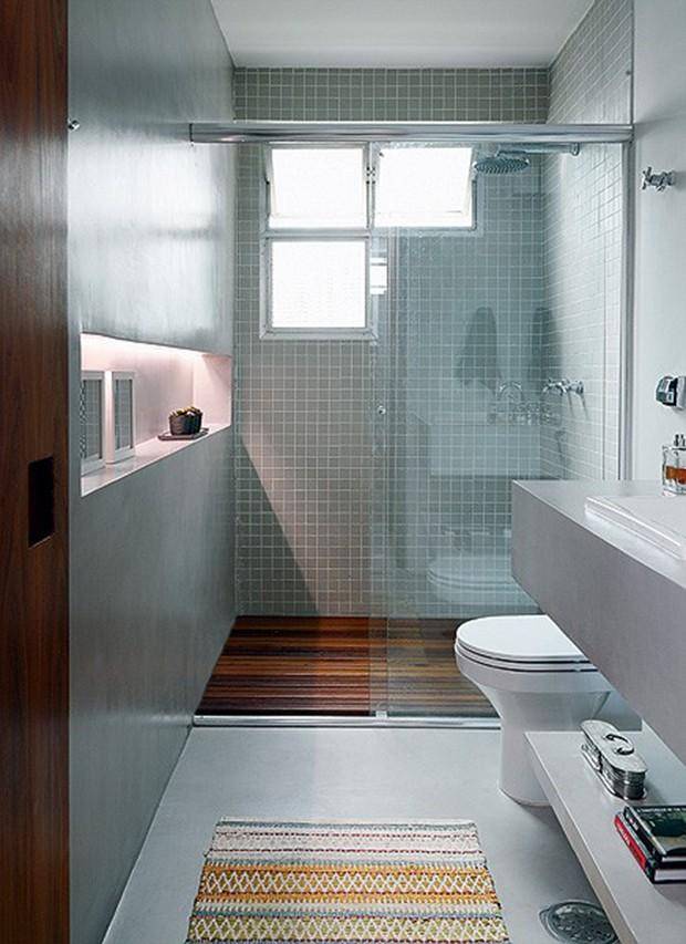 O banheiro, projetado pela arquiteta Luciana Penna, tem dois elementos criativos: janela assimétrica e um rasgo na alvenaria, que recebeu iluminação de LED embutida (Foto: Evelyn Müller / Casa e Jardim)