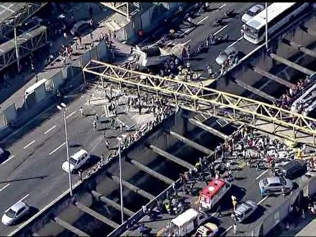 d0a7f15ced G1 - Carreta derruba passarela e deixa feridos na Linha Amarela, no ...