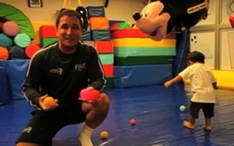 Brincadeira com bolas estimula o equilíbrio e a coordenação motora das crianças