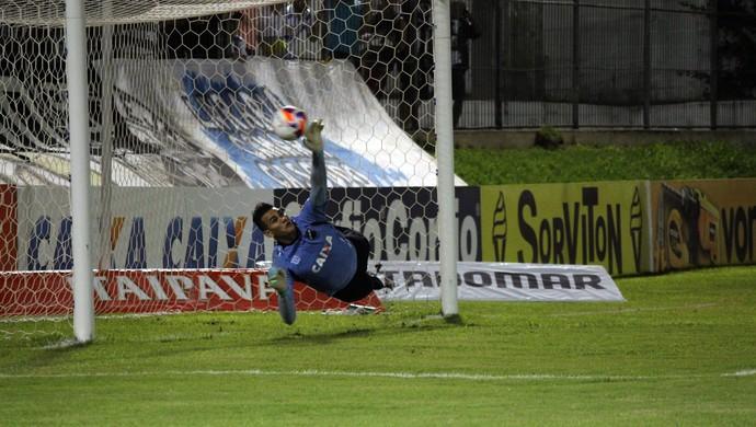 ABC x Bragantino, no Frasqueirão - Saulo, goleiro do ABC defende pênalti (Foto: Diego Simonetti/Blog do Major)
