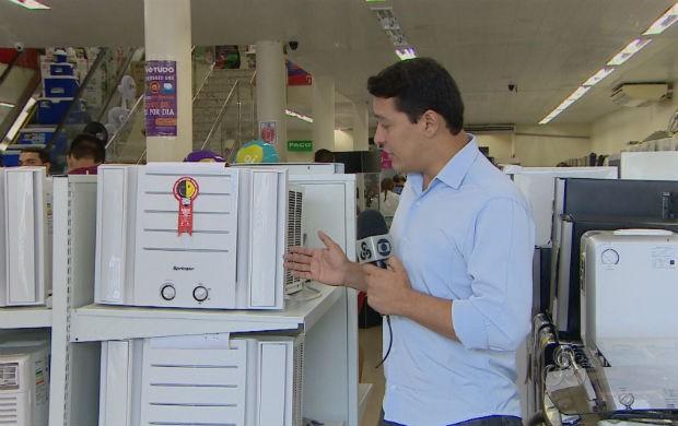 Repórter Salgado Neto dentro de uma loja de eletrodomésticos (Foto: Reprodução/TV Amapá)