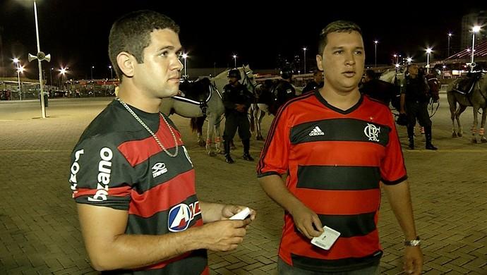 Taciel e José Igor não conseguiram entrar para acompanhar o jogo entre América e Flamengo (Foto: Reprodução/Inter TV Cabugi)