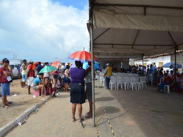 Proprietários do imóveis aguardam para receber posse da casa própria (Foto: Marina Fontenele/G1)