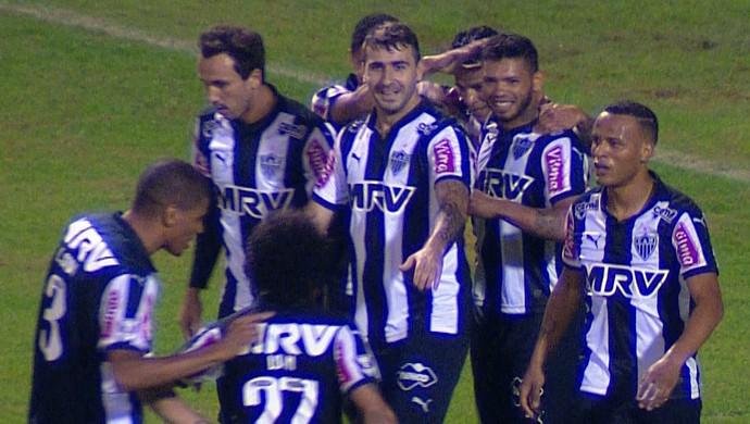 Jogadores do Atlético-MG comemoram gol marcado contra o Avaí (Foto: Reprodução/TVGLOBO)
