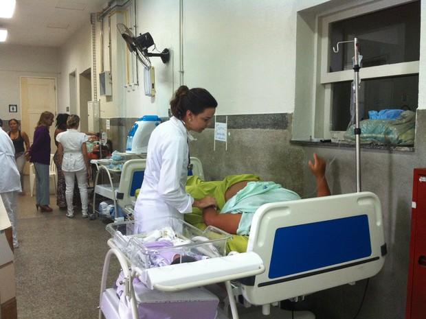 Pacientes estão recebendo atendimento nos corredores (Foto: Caroline Holder/ G1)
