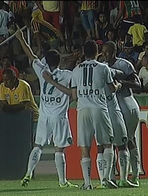 Jogadores do América-MG comemoram segundo gol marcado pro Richarlison (Foto: Reprodução/Premiere )