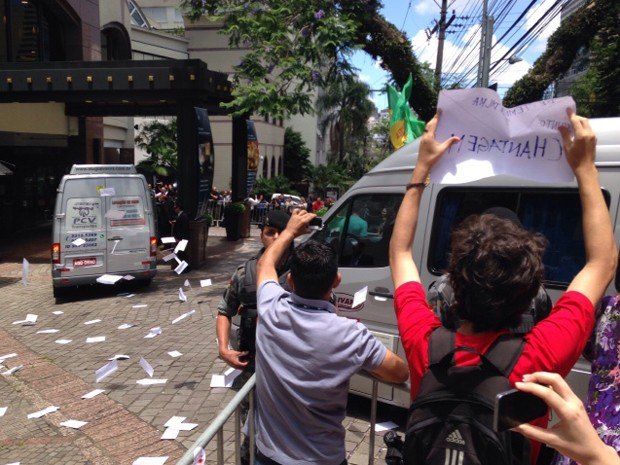 Enquanto Temer discursava em Porto Alegre (RS), grupo esperava vice com cartas em alusão a mensagem enviada por ele a Dilma (Foto: Daniel Favero/G1)