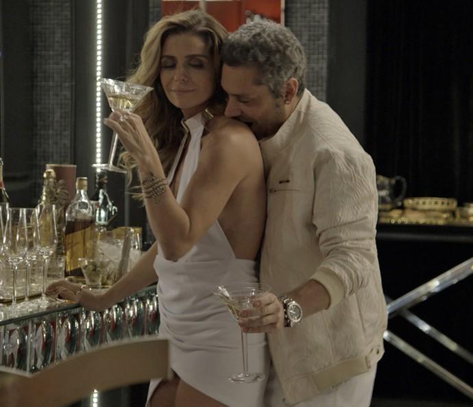 Atena e Romero curtem a noite juntos (Foto: TV Globo)