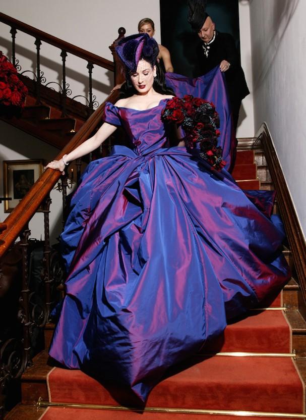 Dita Von Teese escolheu um modelo extravagante roxo de Vivienne Westwood para se casar com Marilyn Manson em 2005 (Foto: Reprodução)