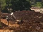 Samarco despeja 'montanha' de rejeitos perto de rio em Barra Longa