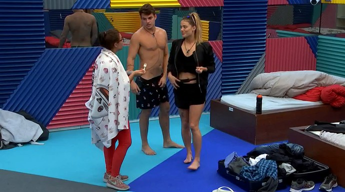 Antônio e Alyson conta para Elettra como foi ficar 1h sem câmeras (Foto: Telecinco)