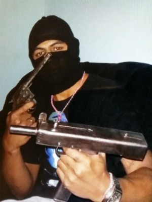 Suspeitos tiravam fotos exibindo armas, segundo a polícia (Foto: Divulgação/PM)