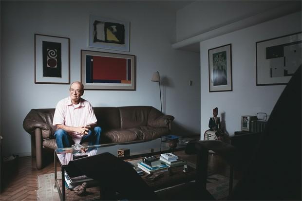 """REPUBLICANO DE ESQUERDA Luiz Werneck Vianna, na sala de seu apartamento no Rio de Janeiro. Para ele, """"não existe República sem boas instituições""""  (Foto: Stéfano Martini/ÉPOCA)"""